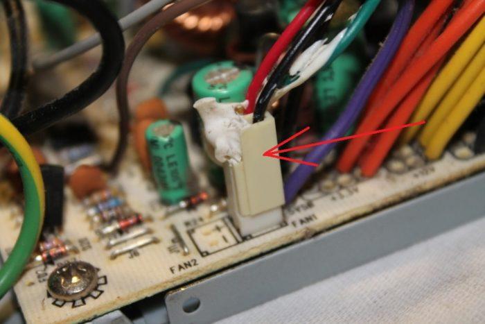 Отсоединяем коннектор вентилятора от платы