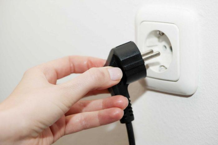 Отсоединяем маршрутизатор от электрической сети