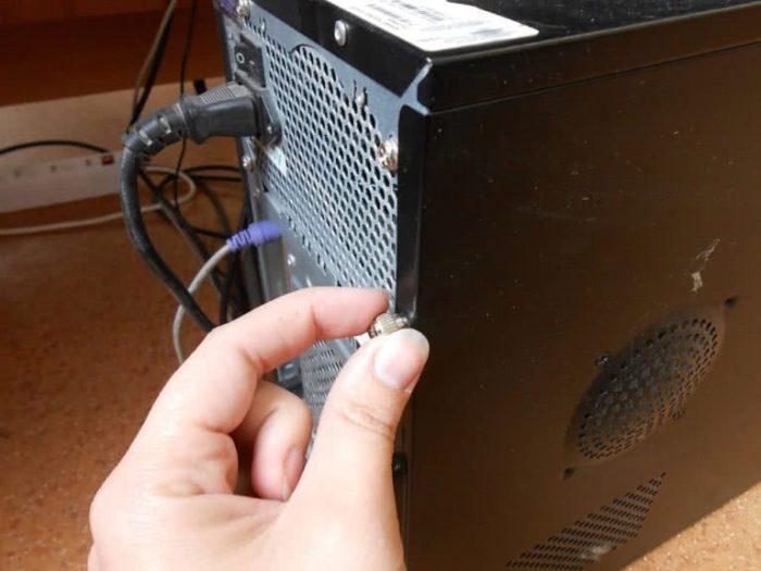 Отвинчиваем крепежные винты правой боковой панели сзади системного блока ПК