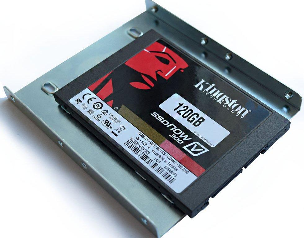 Специальный переходник, который позволяет установить SSD в ячейку