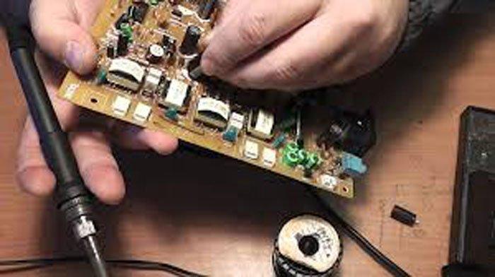 Впаиваем новый конденсатор