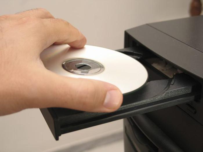 Достаем установочный диск из привода и ждем начала загрузки Windows