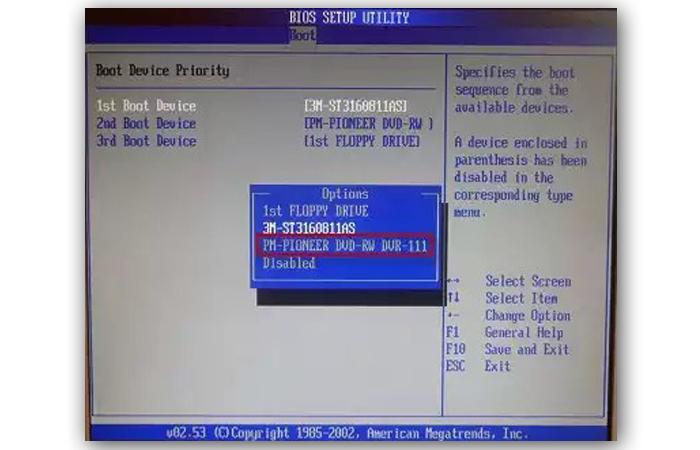 Первым загрузочным устройством выставляем CD-ROM
