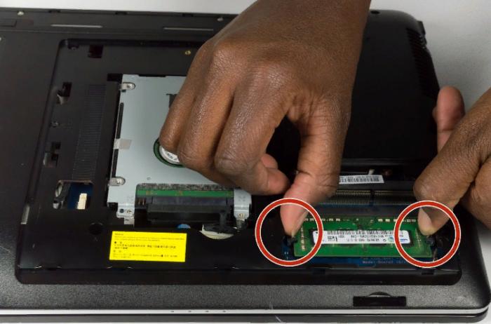 Помещаем большие пальцы на защелки модуля оперативной памяти