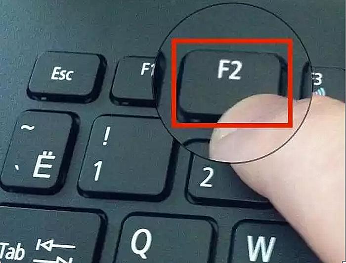 После запуска компьютера многократно нажимаем клавишу «F2»