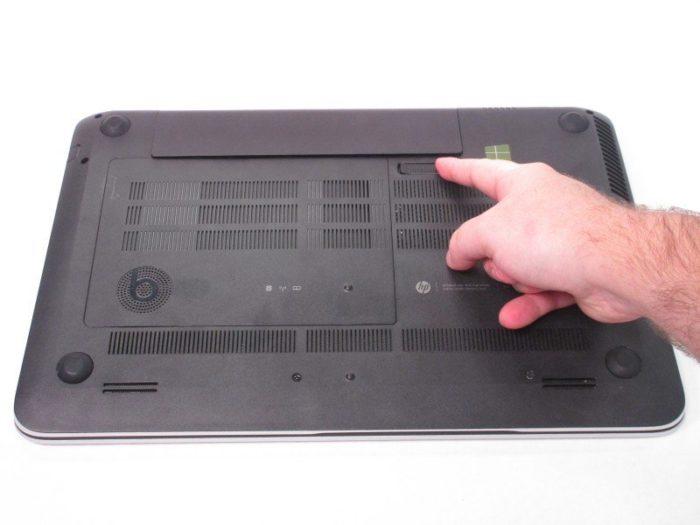 Выключаем ноутбук, отключаем от питания, переворачиваем его и сдвигаем защелки батареи
