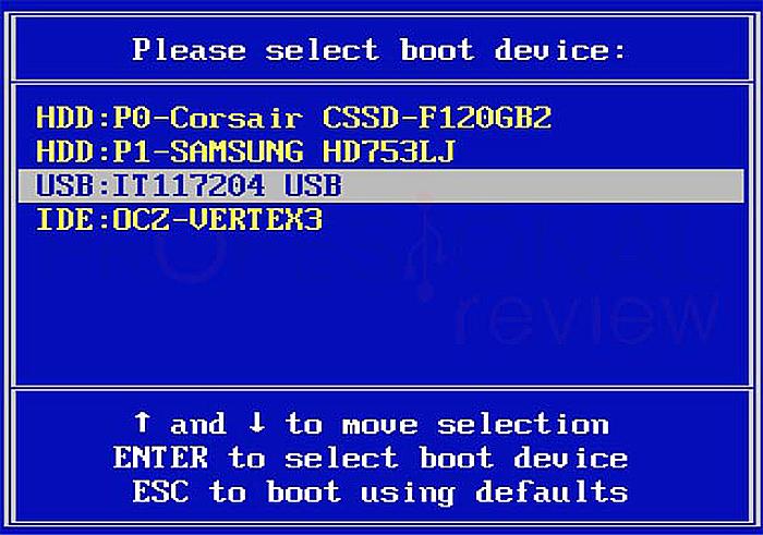 Используя клавиатурные стрелки, выбираем созданный диск восстановления USB-Flash