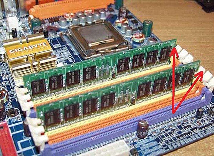 Открываем удерживающие планку памяти защелки