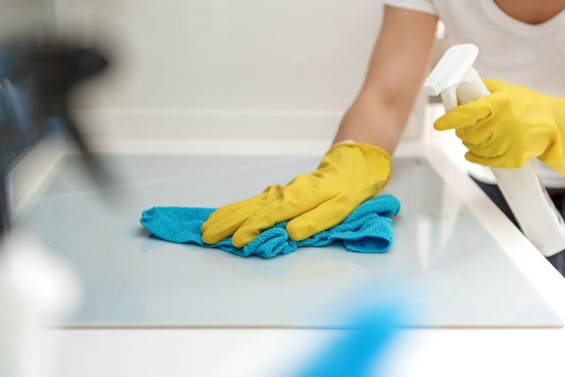 Перед поклейкой защитного стекла делаем влажную уборку комнаты