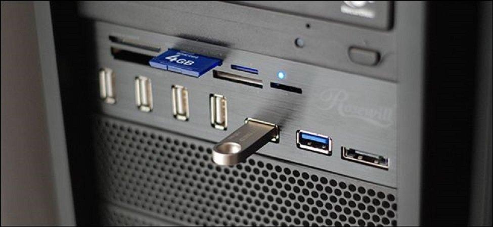 Вставляем чистый USB-Flash накопитель в порт USB