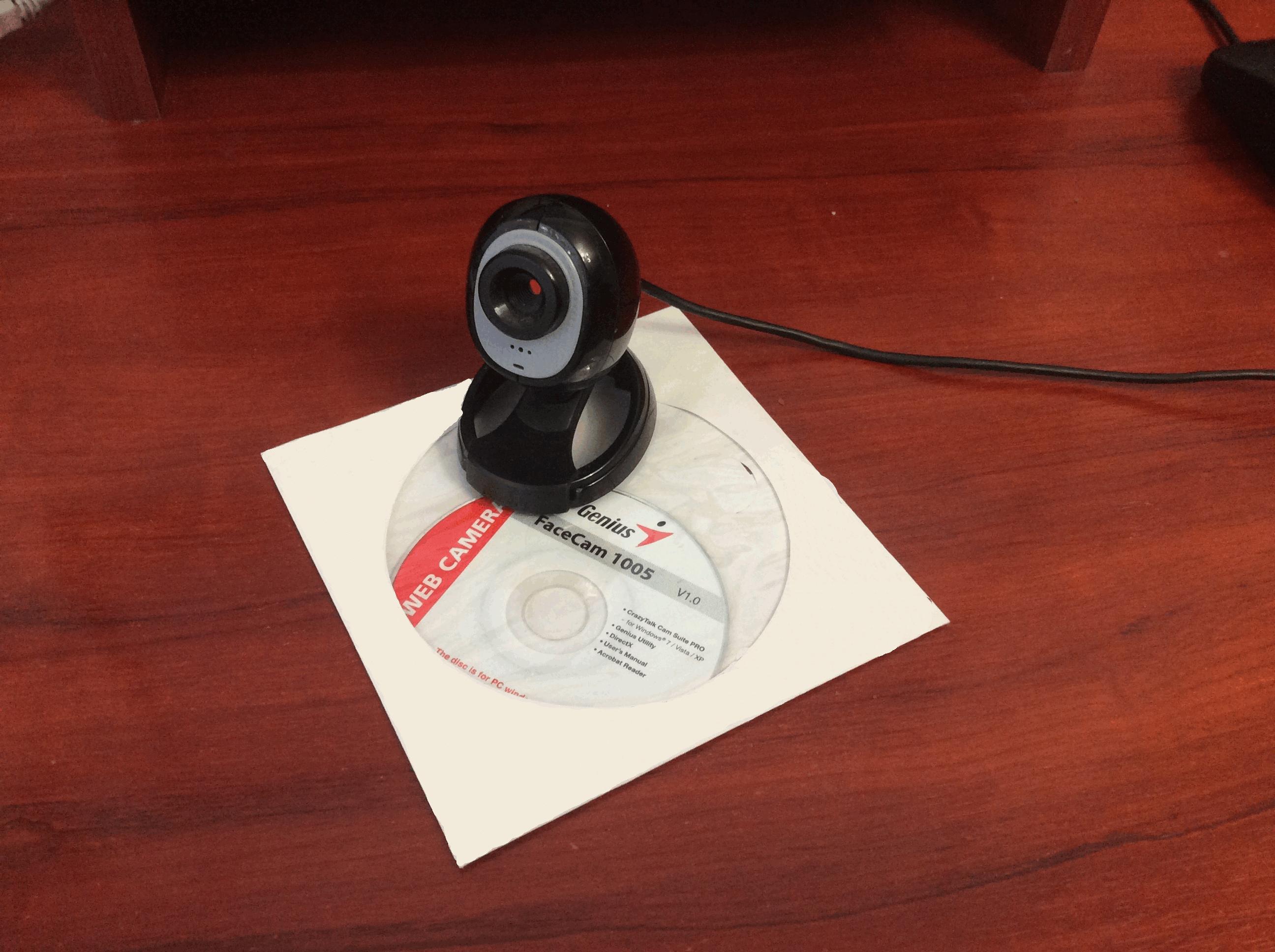 Вставляем диск с драйверами в CD-привод на ПК, который идет в комплекте с веб-камерой