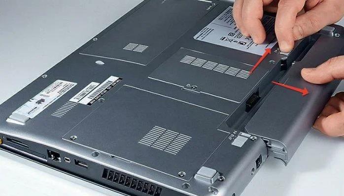 Выключаем ноутбук и вынимаем батарею