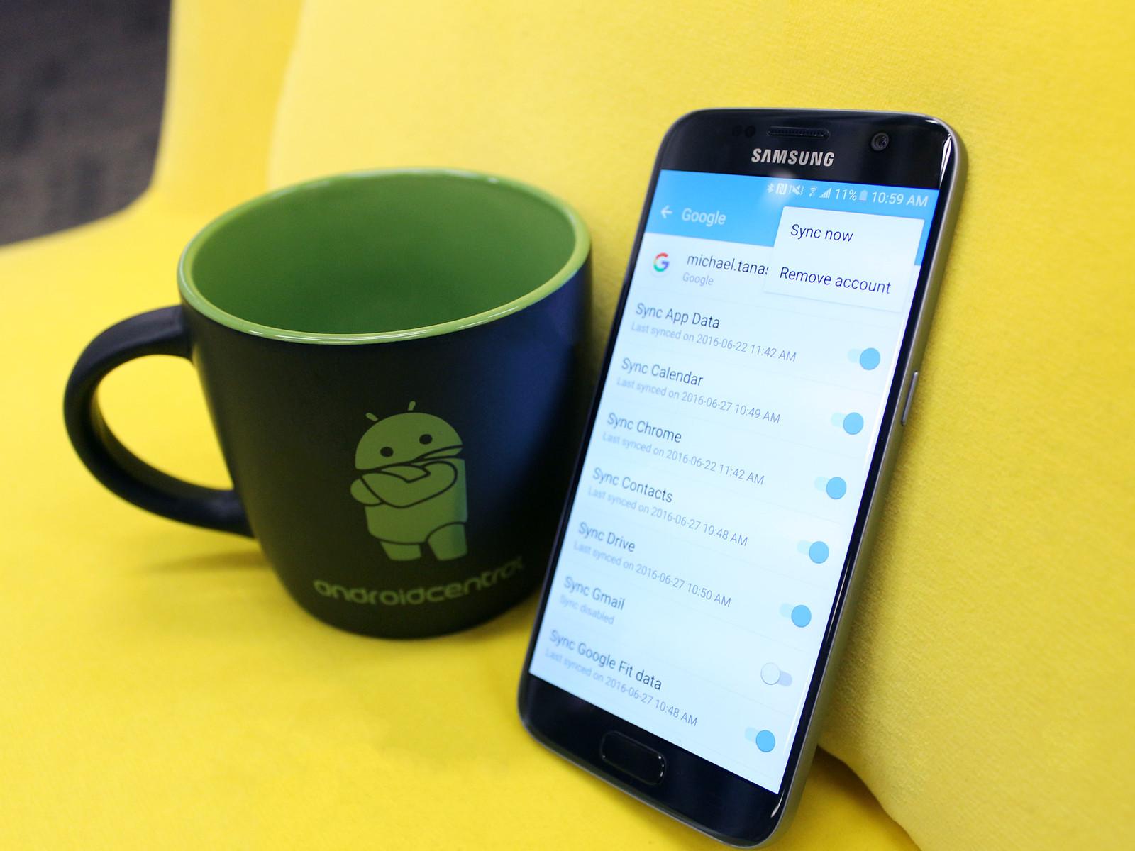 Функция синхронизации учётной записи Google является одной из удобных функций на Android в любой ситуации при переносе контактов