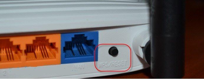 Кнопка для перезагрузки на маршрутизаторе