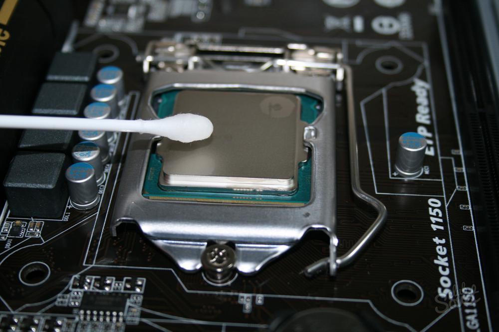 Для снятия термопасты с поверхности ЦПУ потребуется спиртовой раствор 70-90% или изопропиловый спирт