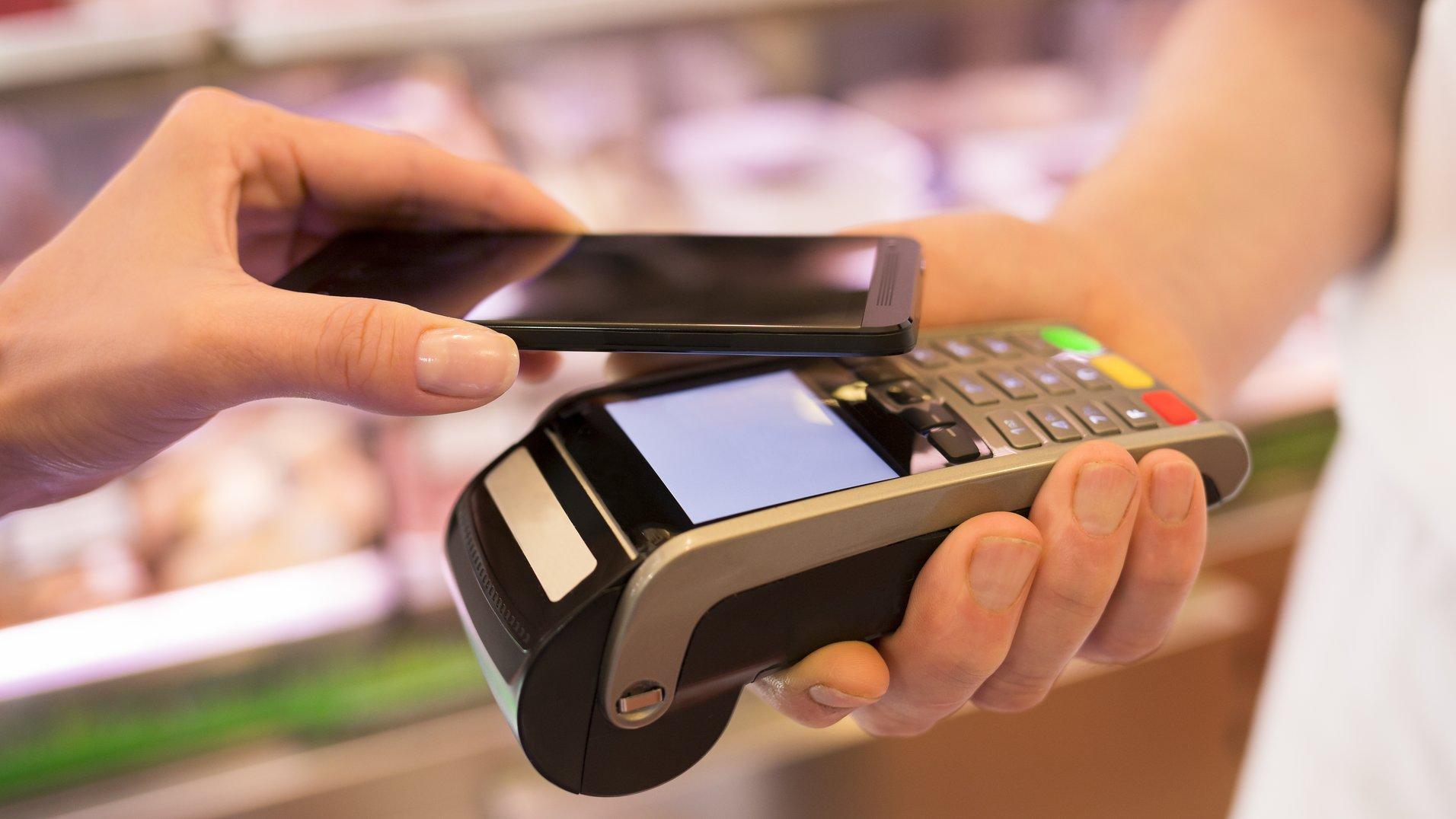Модуль NFC помогает обладателю мобильного телефона расплачиваться без карты