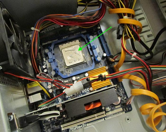 Наносим небольшое количество термопасты на поверхность процессора
