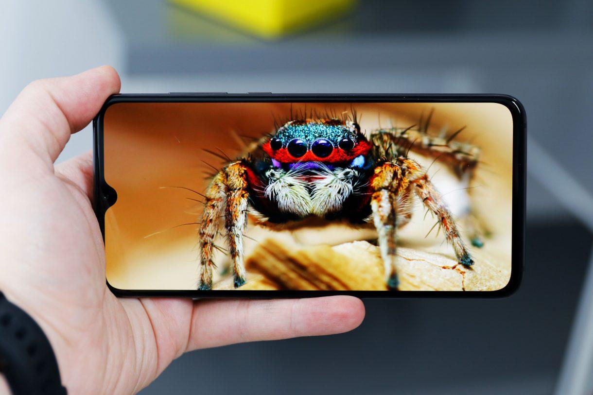 Разрешение экрана Xiaomi Mi 9 составляет 2340 на 1080 точек