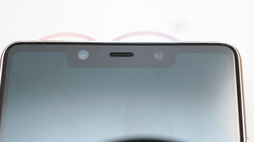 Спереди устройства расположена фронтальная камера, световой индикатор событий, а также датчики приближения и освещения
