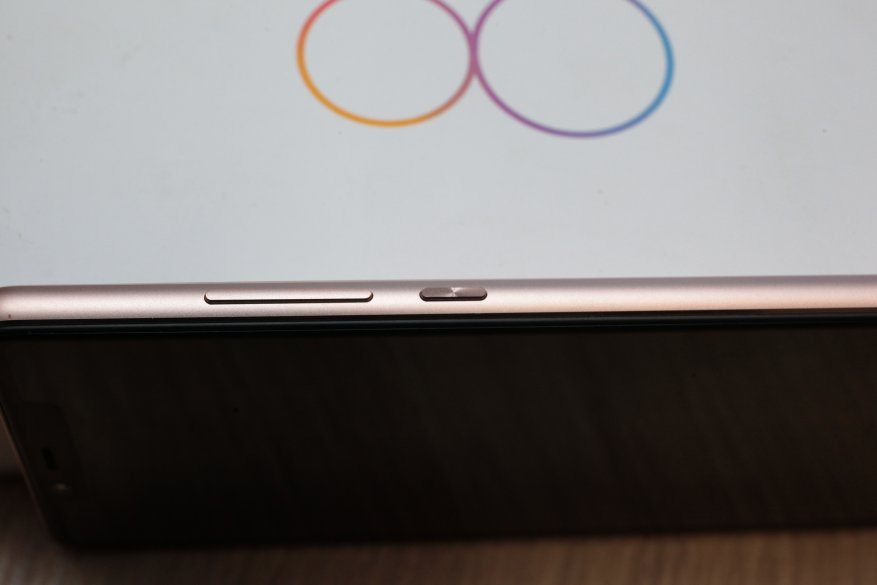 Справа модели находится кнопка, регулирующая громкость, а также кнопка включения и выключения телефона