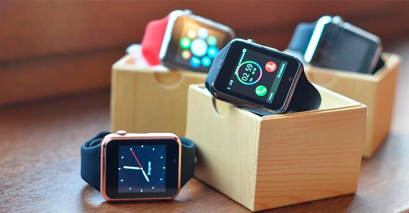 Смарт-часы обладают разным функционалом - одни модели рассчитаны на прием уведомлений, другие отслеживают активность в течении дня, третьи заменяют телефон