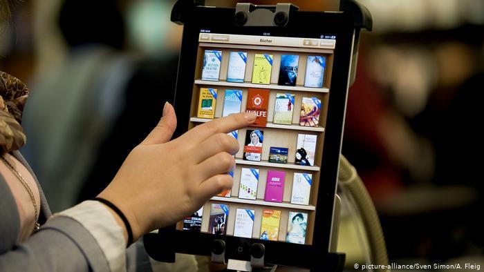 Электронная книга - версия книги, хранящаяся в электронном виде, и показываемая на экране, в цифровом формате