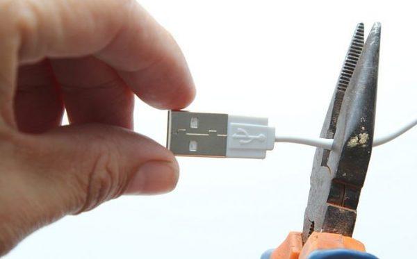 Обрезаем толстый конец кабеля, где он соединяется с устройством