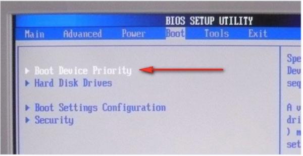 Входим в общий приоритет загрузки «Boot Device Priority»