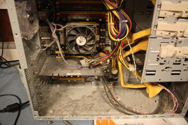 Осматриваем внутреннее состояние системного блока, если нужно очищаем от пыли