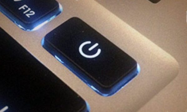Удерживаем кнопку питания в течение 5 секунд, затем снова включаем компьютер