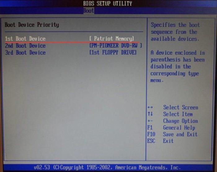 В пункте «Boot Device Priority» проверяем, что бы загрузочная флешка была на первом месте
