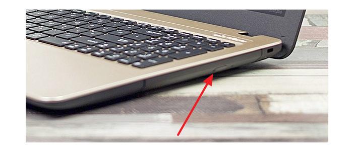 Нажимаем на кнопку предназначенную для открытия дисковода