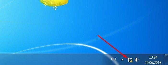 Щелкаем правой кнопкой мышки по иконке интернета с высветившимся желтым предупреждающим об отсутствии сети знаком